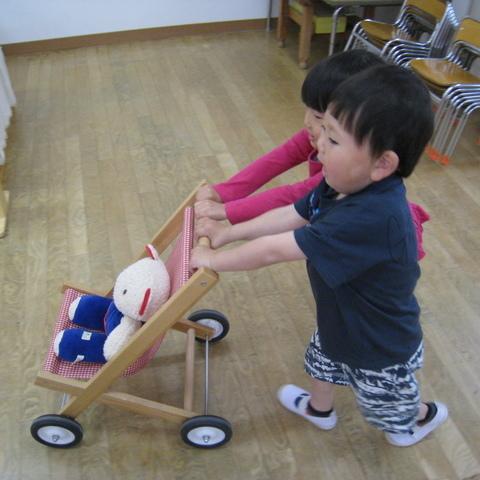 くまの赤ちゃんをベビーカーに乗せて仲良くおさんぽ。サムネイル